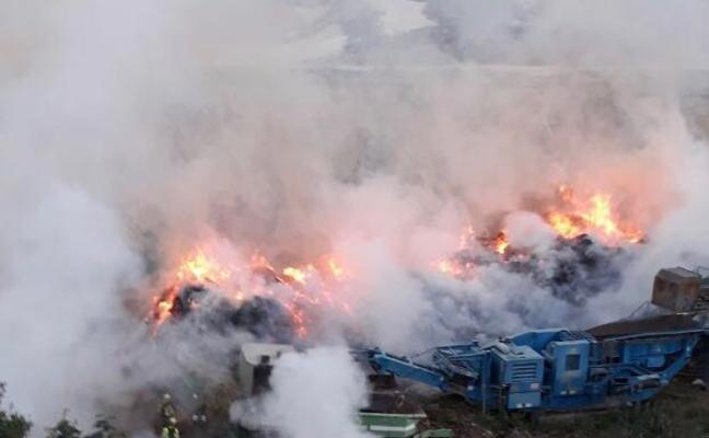 Un fuego en el vertedero de Teulada quema restos de poda