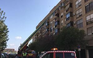 Los bomberos de Valencia rescatan a una mujer en Juan XXIII