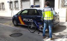 Detienen a un 'ciclista tironero' que robó con violencia a 27 mujeres en Valencia