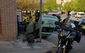 Un coche vuelca en un aparatoso accidente en Valencia