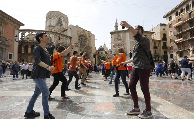 Bailes regionales en la plaza de la Virgen de Valencia