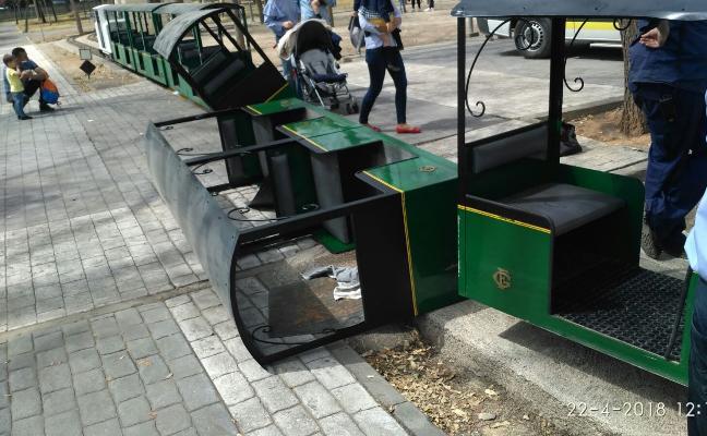 Siete heridos al volcar dos vagones de un tren en un parque recreativo en Burjassot