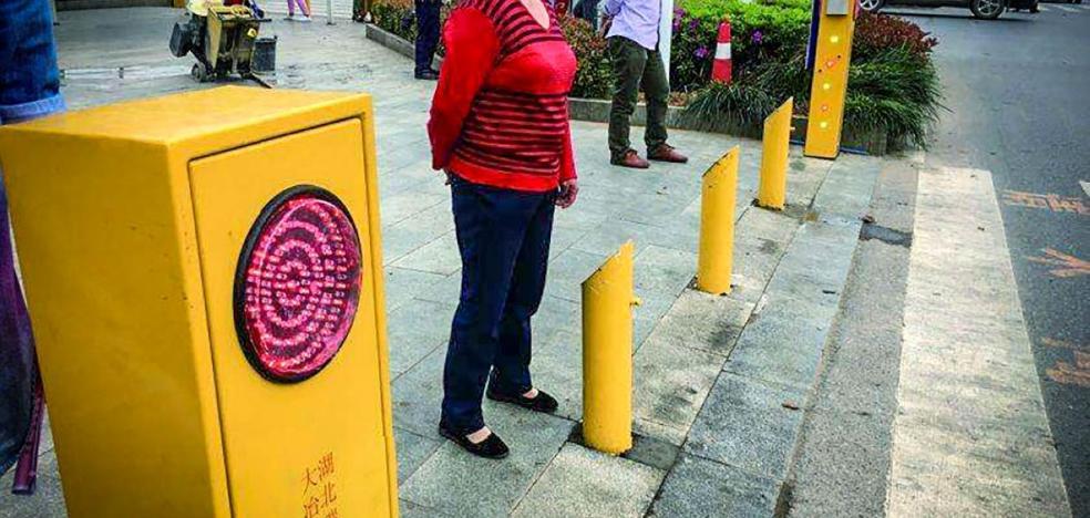 A manguerazos contra los peatones que crucen en rojo