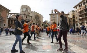 Los bailes regionales toman la plaza de la Virgen