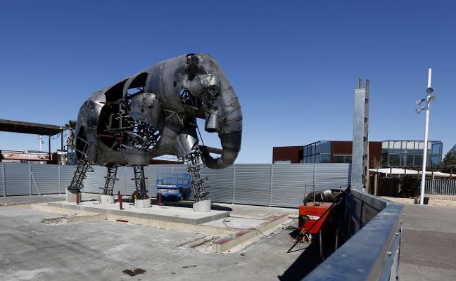 Un elefante de 15 toneladas llega de Catarroja al Bioparc