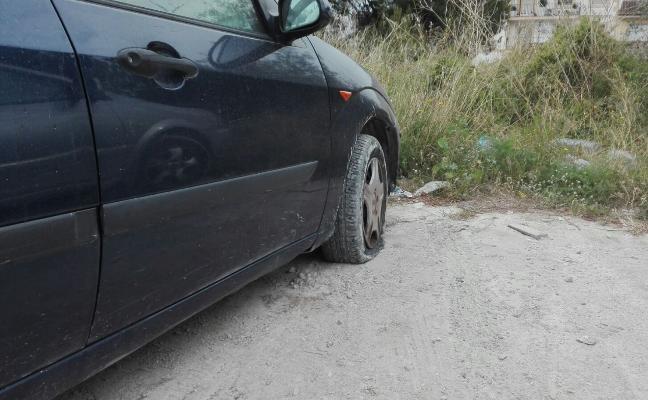 Pinchan las ruedas de varios coches en un parking de Xàbia