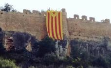 Arran cuelga una estelada en el castillo de Corbera a favor de los 'Països Catalans'
