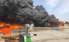 Cuatro intoxicados y una empresa desalojada por un incendio en El Puig