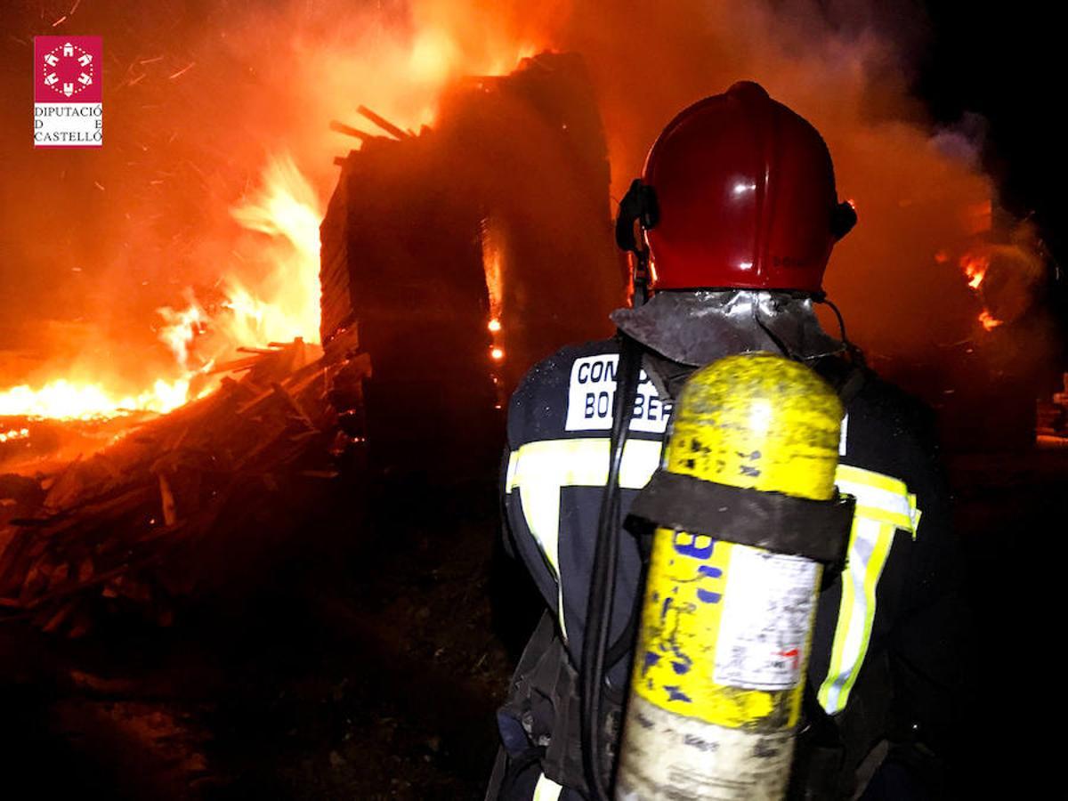 Fotos del incendio en una serrería de Almassora (Castellón)