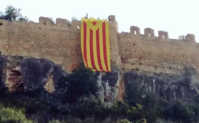 Cuelgan una bandera estelada en el castillo de Corbera