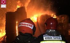 Un incendio calcina palés del exterior de una nave de Almassora