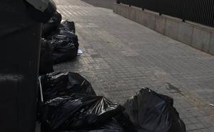 Tiran documentos judiciales junto a los contenedores de la Ciudad de la Justicia