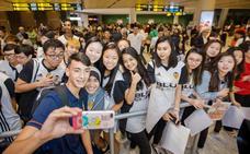 El equipo cadete del Valencia CF, recibido como famosos en Singapur