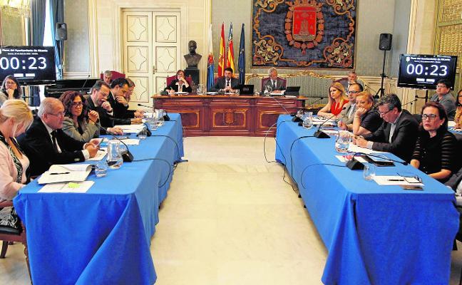 El primer pleno de Barcala apueba por unanimidad sueldos para todos