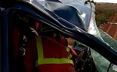 Rescatan a una mujer atrapada en una furgoneta tras un accidente en la A-7 en Benifaió