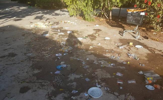 Vecinos de la Alameda critican la suciedad que deja cada mañana la Feria Andaluza