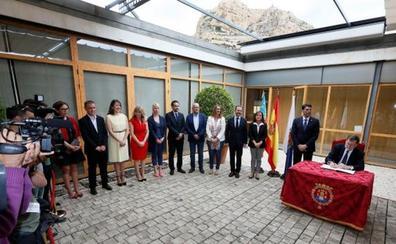 Sindicatos y pensionistas reciben a Rajoy en Alicante con una protesta