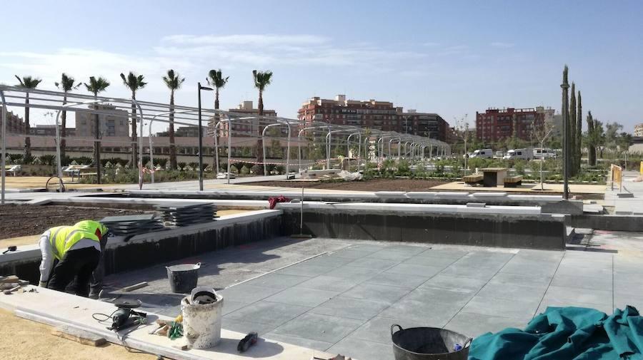 Fotos de la colocación de las nuevas losetas en el Parque Central de Valencia