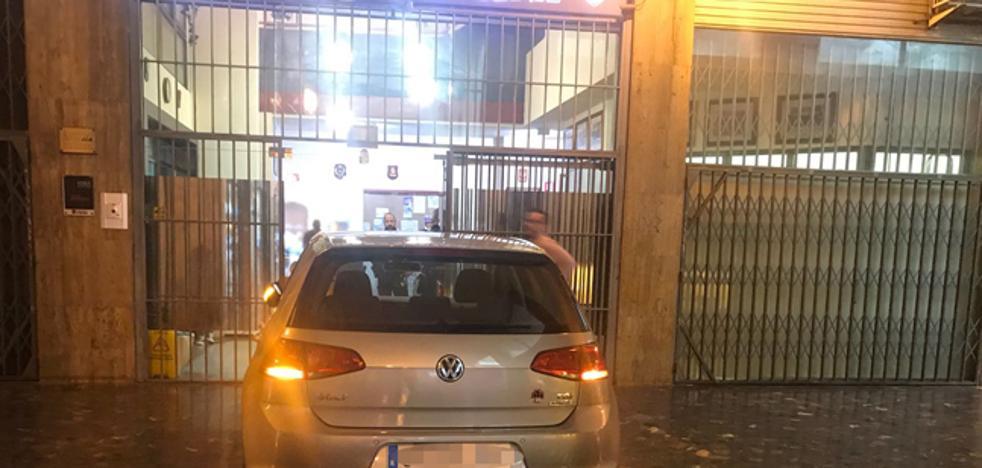 Un conductor ebrio aparca su coche dentro del pasaje de Ruzafa