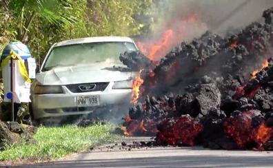 Así destruye un coche la lava de un volcán