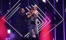 Un espontáneo salta al escenario durante la actuación de Reino Unido en Eurovisión