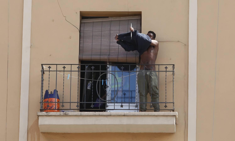 Un joven se atrinchera en un balcón en Valencia