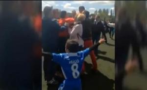 Marcan en el último minuto y los padres agreden al árbitro en un partido de fútbol infantil