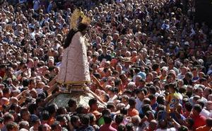 Miles de personas arropan a la Mare de Déu en un Traslado rápido y sin incidentes