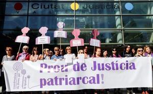 Alrededor de 120 agrupaciones denuncian a quien difundió datos de víctima de 'La Manada'