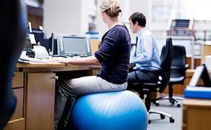 ¿Por qué fisioterapeutas valencianos recomiendan trabajar sentado en un 'fitball'?