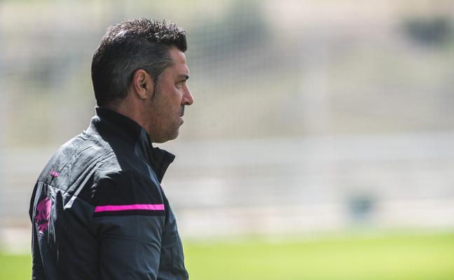 Javier Olaizola, entrenador del Atlético Levante: «¿Presión? No, me dijeron que el objetivo es subir»