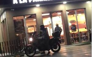 Un testigo graba la huida de los atracadores de un Burger King en Manises