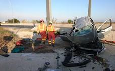 Una menor y un hombre, heridos y atrapados tras un accidente de coche en Riba-roja