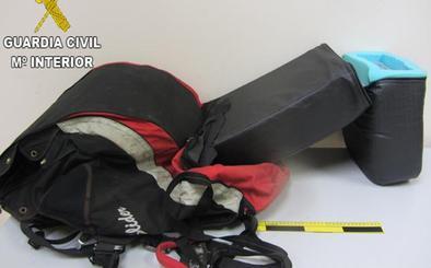 Detenido en el aeropuerto de Valencia con 7 kilos de cocaína en un parapente