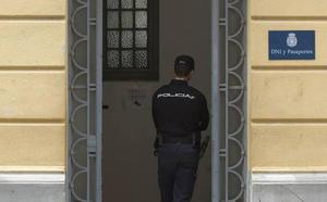 Detenido en Valencia un hombre buscado por la Interpol por asesinato cuando iba a cancelar sus antecedentes