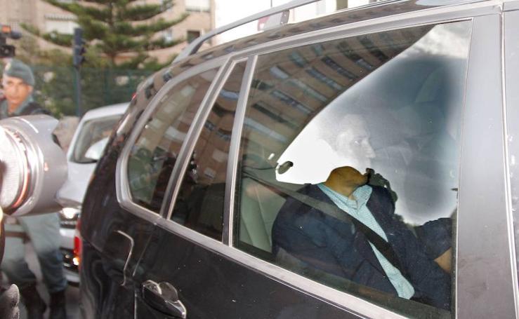 Zaplana llega a su chalé de Benidorm junto a la comisión judicial
