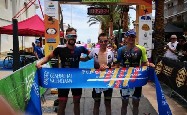 Moisés Vidal vence en el VI Triatlón Internacional de la playa de Oliva