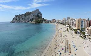 Calp prohíbe el baño en sus playas tras detectarse una carabela portuguesa en el Arenal