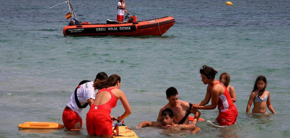 Dénia adjudica a Cruz Roja el servicio de vigilancia de las playas y la ayuda al baño adaptado