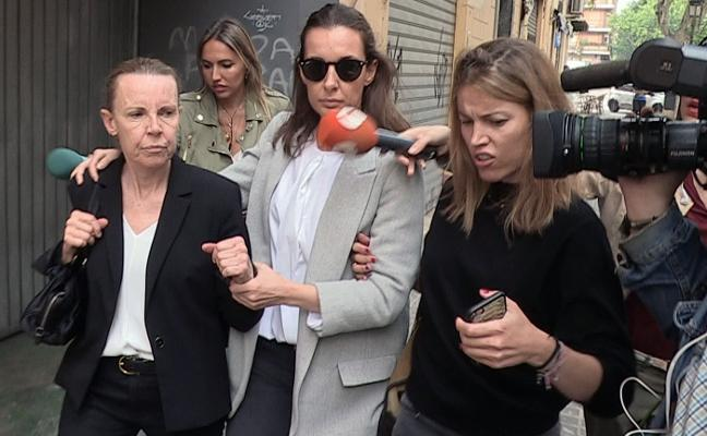 Rosa Barceló, también investigada, acude con sus hijas a Patraix