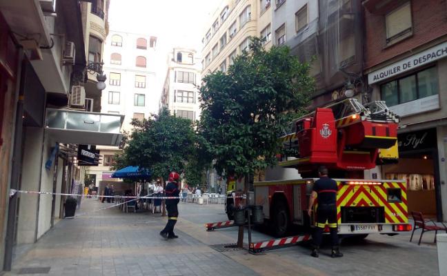 Caída de cascotes en la calle En Sanz
