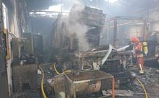 Un incendio calcina un taller mecánico en Quart de Poblet