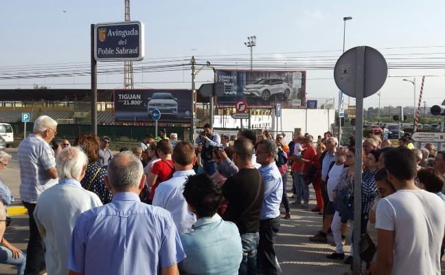 Un centenar de vecinos exigen más seguridad en los pasos a nivel de Paterna