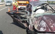 Dos heridos atrapados en un vehículo tras chocar con la mediana en la autovía A-3