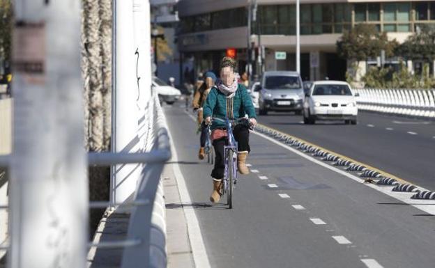 Circulación de bicicletas por el centro de la ciudad de Valencia./Juan J. Monzó