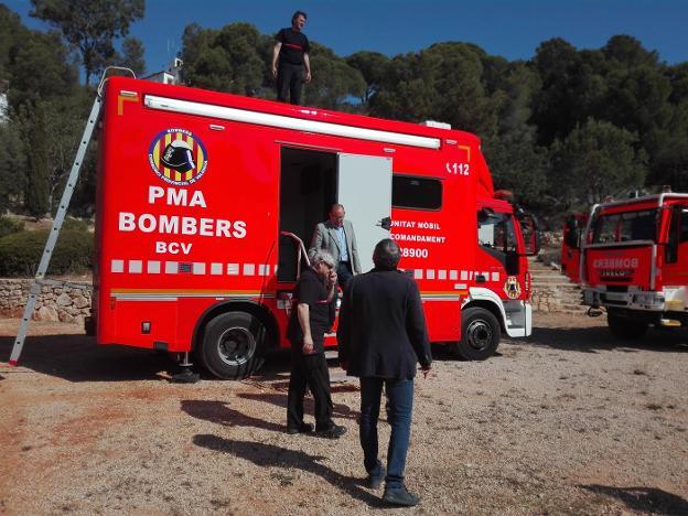 Miguel Ángel Picornell bajando del PMA del Consorcio tras visitar el vehículo junto a Xavier Ròdenas, Josep Bort y José Miguel Basset. / r. e.
