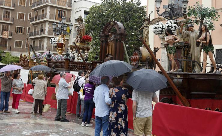 Las Rocas se exponen en la plaza de la Virgen bajo la lluvia