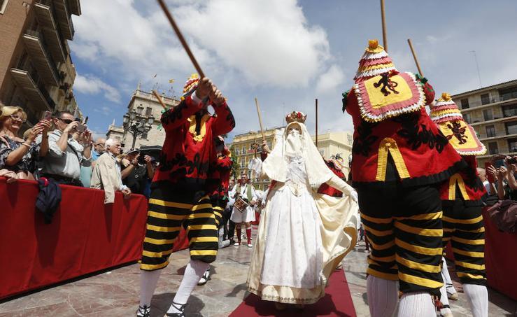 La Cabalgata del Convite invade Valencia de danzas, música y color