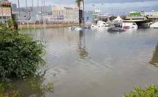 Una fuerte tormenta deja calles y campos anegados y coches atrapados