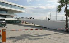 Acorrala contra la pared y agrede a su pareja junto al Veles e Vents en el puerto de Valencia